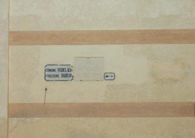Barchessa di Villa Pola, vecchie targhe segnaletiche sul muro esterno